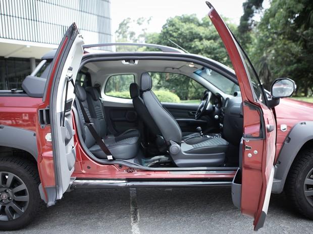 Abertura das portas da Fiat Strada cabine dupla (Foto: Caio Kenji / G1)