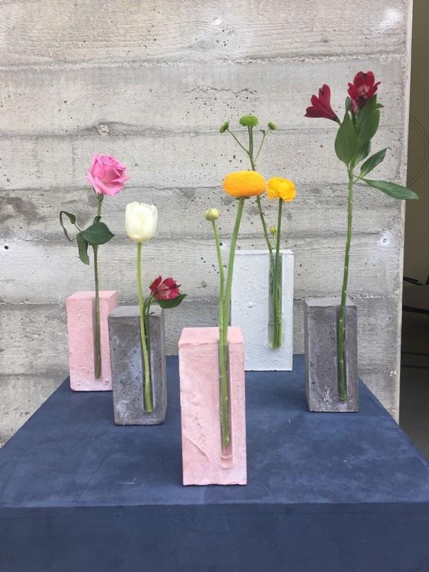 As cores pasteis e a delicadeza do tubo de ensaio transformam o bloco de cimento em um vaso delicado. Criação da designer dinamarquesa Amanda Lilholt (Foto: Thaís Lauton/Editora Globo)