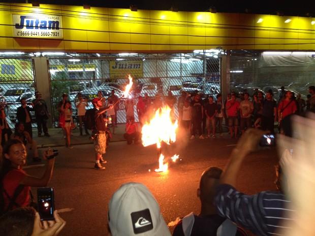 Manifestantes queimam catraca durante protesto em SP (Foto: Marcelo Mora/G1)