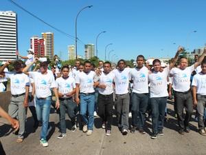 Jovens da Fazenda da Paz também participaram da caminhada (Foto: Gustavo Almeida/ G1)