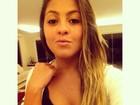 Filha de Romário faz biquinho para foto