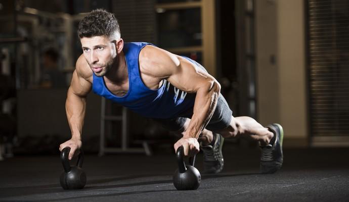 Homem fazendo prancha músculos euatleta (Foto: Getty Images)