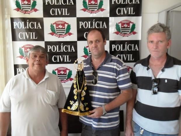 Na foto, a esquerda, Marcos Freitas, representante da capela do Morro Bom Jesus,  que recebeu das mãos dos policiais Fábio e Aparecido Donizete, o Branco, a imagem furtada. (Foto: Blog do Ronco)