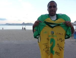 Raiam Santos com a camisa autofegrafa que irá a leilão  (Foto: Carol Fontes)