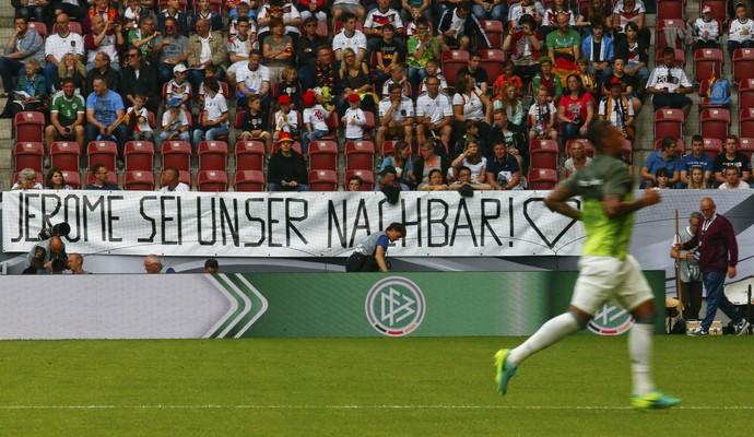 faixa para Boateng, Alemanha x Eslováquia (Foto: REUTERS / Michael Dalder)