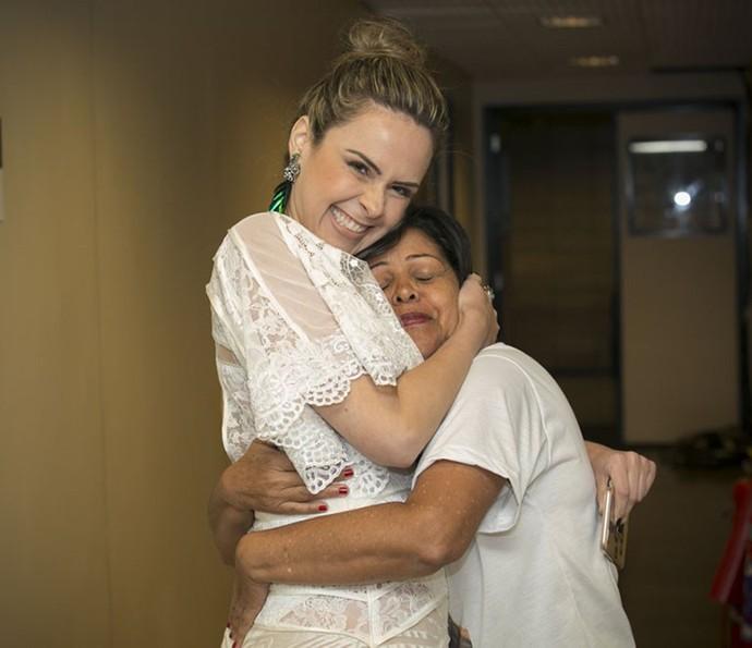 Ana Paula encontra mãe de Munik nos bastidores (Foto: Raphael Dias/Gshow)