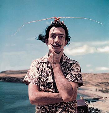 FAZENDO POSE Dalí posa com  uma lagosta na Espanha, em 1954. Ele usava performances para  atrair a atenção (Foto: Adoc-photos/Corbis )