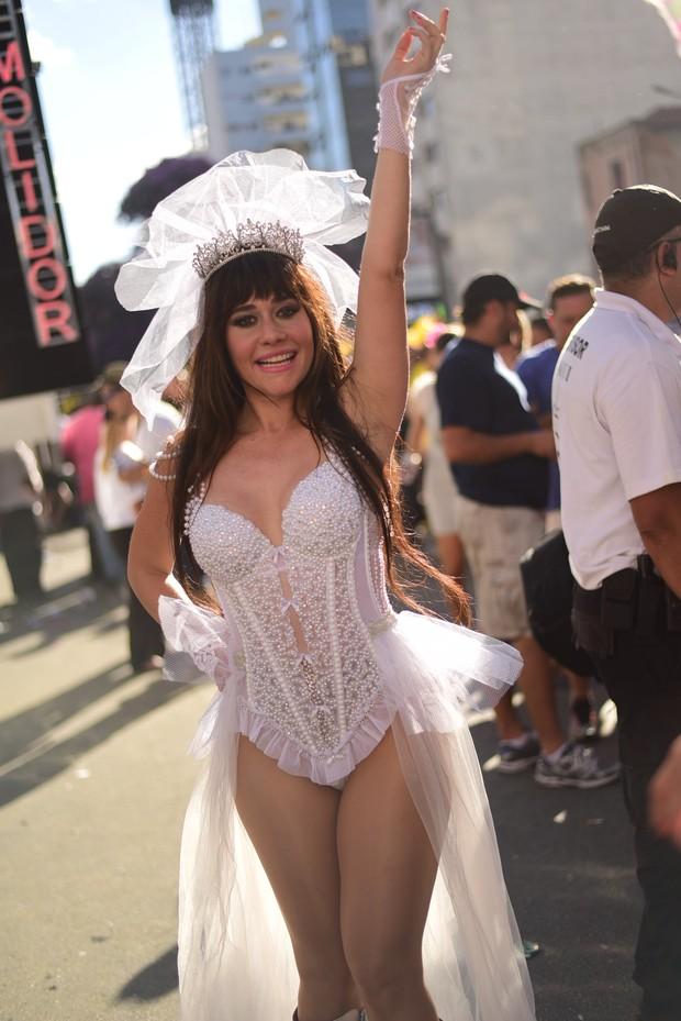 Alessandra Negrini em bloco de carnaval (Foto:  Leo Franco / AgNews)