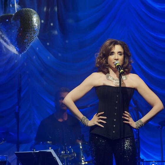Marisa Orth apresenta no fim de semana o show Romance Volume III. Agora vai!, ao lado da Banda Romance (Foto: Priscila Prade)