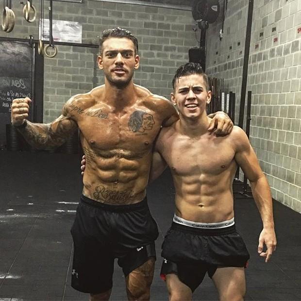 Lucas Lucco e MC Biel exibem seus tanquinhos na web (Foto: Instagram/ Reprodução)