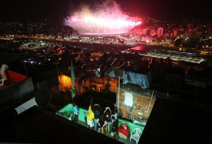 GALERIA - Fogos de artifício explodem no Maracanã enquanto moradores da Mangueira observam (Foto: Mario Tama/Getty Images)