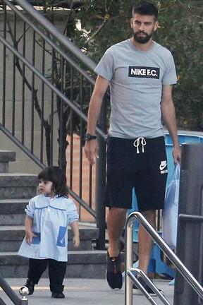 Piqué busca o filho, Milan, na escola em Barcelona, na Espanha (Foto: Getty Images)