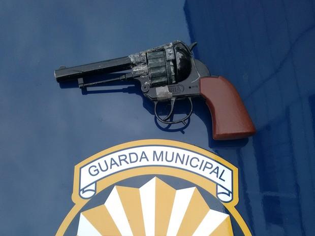 Jovem estava com réplica de arma (Foto: Guarda Municipal de Jundiaí / Divulgação)