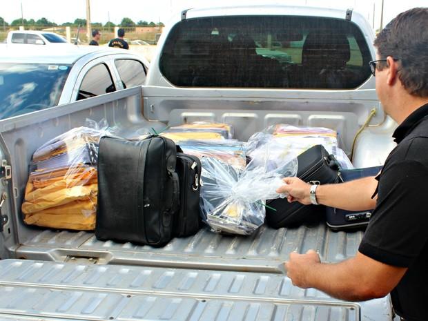 Documentos apreendidos por agentes civis chegam à Delegacia Especializada em Apuração de Atos Infracionais (Foto: Taísa Arruda/G1)