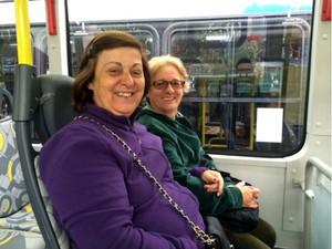 """As amigas Rose Meire Leite e Orizete Tesce, que acharam os novos ônibus """"chiques"""" (Foto: Amanda Previdelli/G1)"""