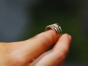 O guia dá um anel para Bianca (Foto: Salve Jorge/ TV Globo)