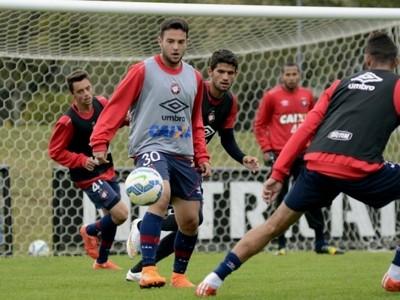 Meia Giovanni Atlético-PR (Foto: Site oficial do Atlético-PR/Gustavo Oliveira)