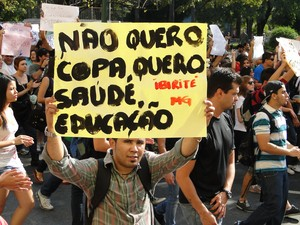 Cartaz pede para substituir Copa por educação e saúde em Belo Horizonte (Foto: Humberto Trajano/G1)
