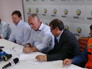 Prefeito de Porto Velho, Mauro Nazif, assina decreto de calamidade pública (Foto: Assem Neto/G1)