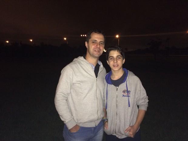 Daniel Ramirez e Mateus Campos, à espera do Antonov (Foto: Roney Domingos/G1)
