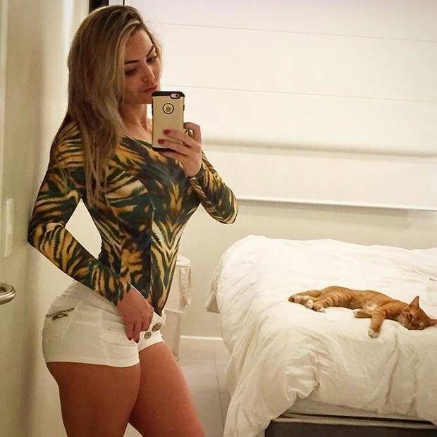 Laura Keller posa de shortinho para selfie (Foto: Instagram/ Reprodução)