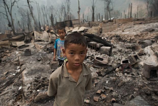 No total, 43 casas e uma mesquita foram incendiada (Foto: Nicolas Asfourui/AFP)