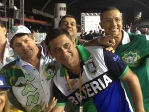 Integrantes da Vila Maria e Mancha Verde celebram juntos a volta ao Grupo Especial. (Foto: Ana Paula Okumura/G1)