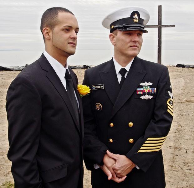 Jonathan Franqui  e Dwayne Beebe (este integrante da Marinha dos EUA) dão as mãos durante cerimônia de casamento em Chesapeake Bay, em Maryland, nesta terça-feira (1º)  (Foto: Robert MacPherson/AFP)