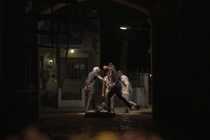 Pitiboys intolerantes atacam Max covardemente (Foto: TV Globo)
