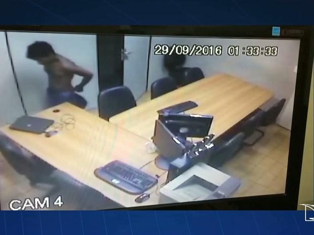 Fábio Oliveira Furtado tem passagem pela a polícia e foi identificado por meio das imagens das câmeras do circuito de segurança do prédio da Justiça (Foto: Reprodução/TV Mirante)