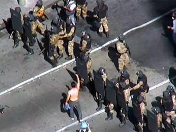 Homem sem camisa provoca policiais que cercaram a Praça Sete, em BH. (Foto: Reprodução/ TV Globo)