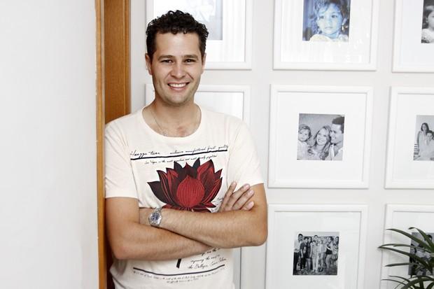 Pedro Leonardo posa diante de diversas fotos que tem da família em casa (Foto: Celso Tavares/EGO)