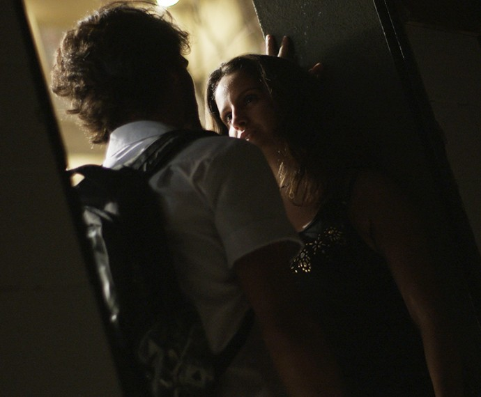Roger fica todo assanhado enquanto está com Nanda (Foto: TV Globo)