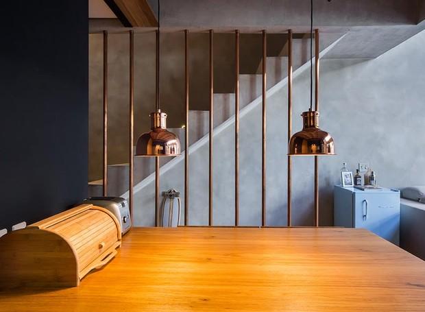 mesa-de-jantar-pendente-cobre-escada-tubos (Foto: Divulgação)