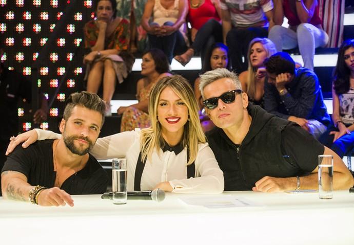 Ator posa ao lado da mulher, Giovanna Ewbank, e de Otaviano Costa no palco do programa (Foto: João Miguel Júnior/TV Globo)