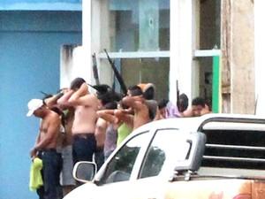 Fortemente armados, assaltantes fizeram reféns (Foto: Edson Azevedo)