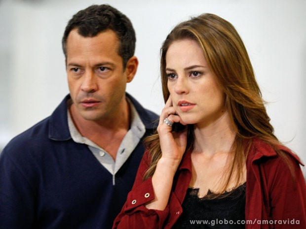 Na cena, Paloma e Bruno estão tensos com o embarque (Foto: Amor à Vida/TV Globo)