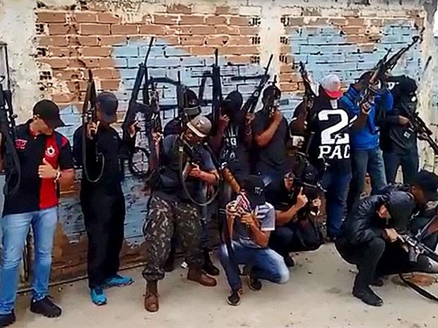 Grupo ostenta fuzis em comunidade do Rio (Foto: Reprodução / Enviado por Whatsapp)