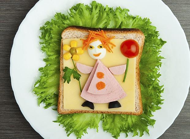 A criança nem vai perceber que está comendo um lanchinho de peito de peru, tomate, cenoura e milho (Foto: Divulgação)