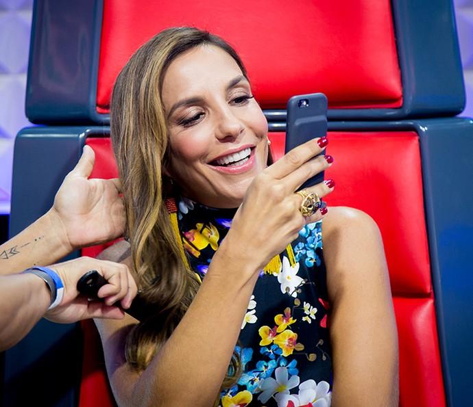E não dá para ficar sem dar uma espiadinha no celular, né Veveta? (Foto: Isabella Pinheiro / Gshow)
