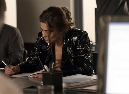 Dicas de Moda: Bibi lacra com jaqueta de vinil no capítulo de 12/08, de 'A Força do Querer'