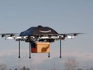 Drone pode fazer entregas em casas que estão a 16 quilômetros de distância. Jeff Bezos, fundador da Amazon, disse que 86% das compras feitas na loja pesam menos de 2,6 quilos  (Foto: AFP)