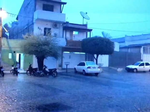 Cidade de Patos, PB, teve registro de chuva e fortes relâmpagos durante a noite (Foto: Reprodução/TV Paraíba)