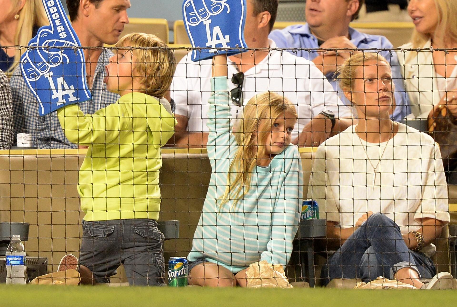 Com pais estilosos como Chris Martin e Gwyneth Paltrow, estas duas crianças, de 10 e 8 anos, respectivamente, estão definindo tendências antecipadamente. Os pais gostam de vesti-los com roupas que acabaram de sair das passarelas e, isso inclui, cardigans e casacos finos. (Foto: Getty Images)