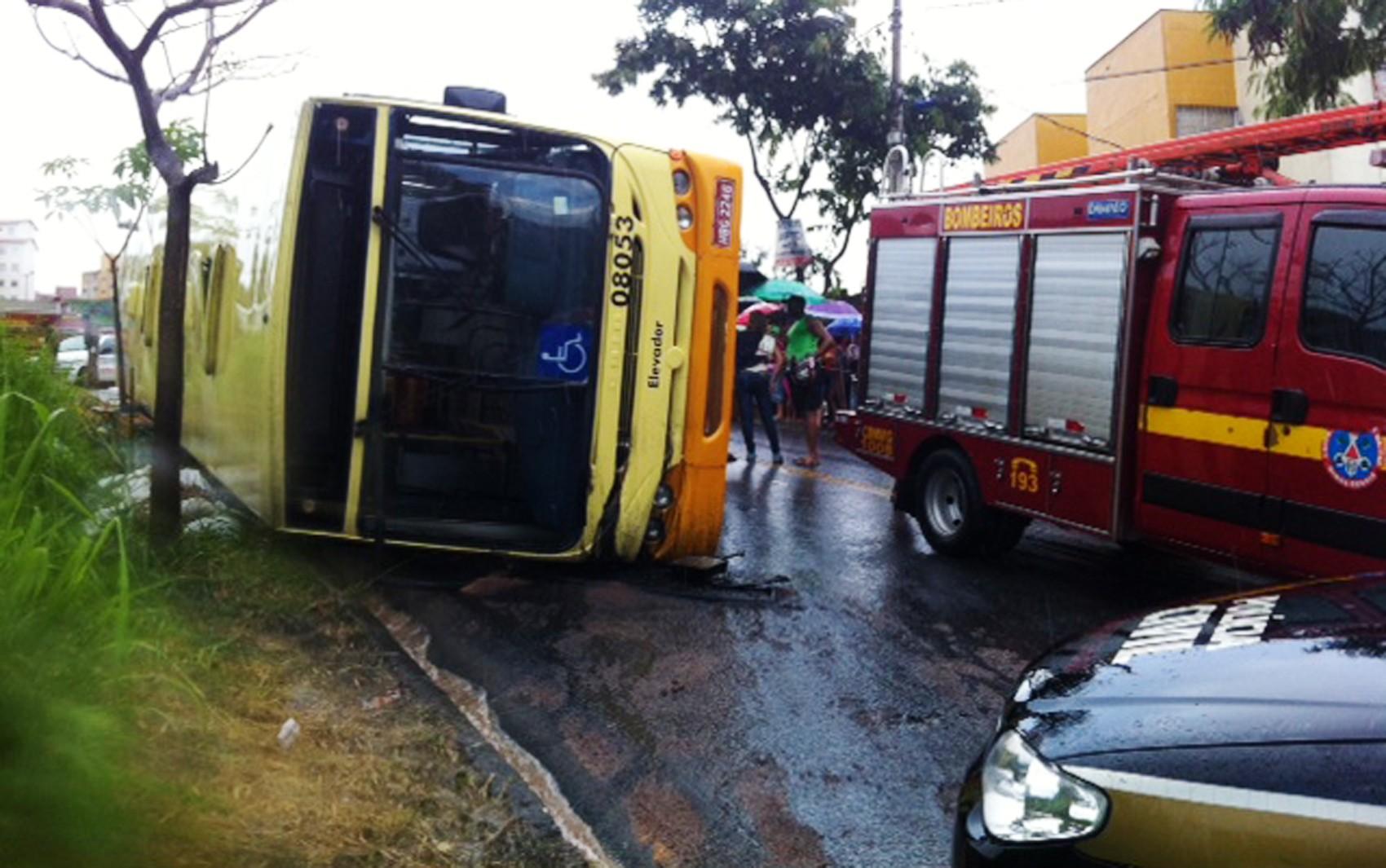Ônibus tomba em acidente com carreta em Belo Horizonte e deixa mortos e feridos (Foto: Gabriel Senna/TV Globo Minas)
