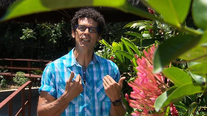 Jackson Costa comemora aniversário no palco (Foto: TV Bahia)
