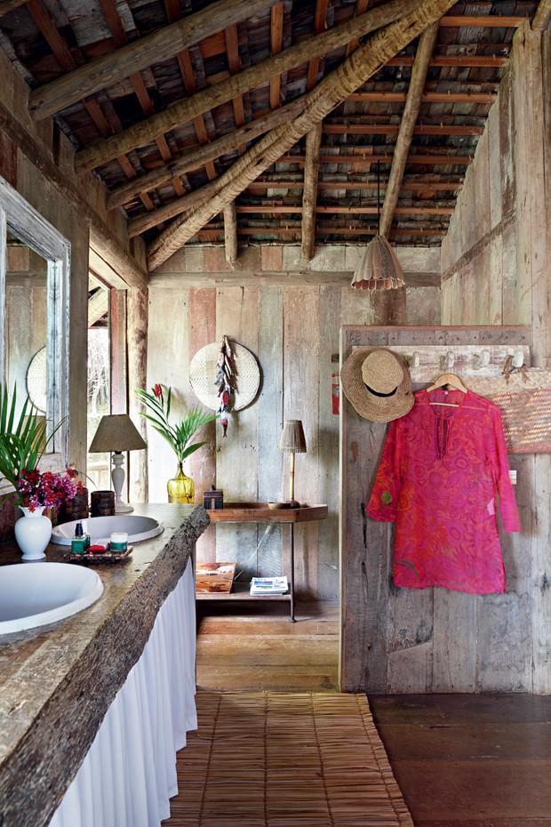 Liberdade | Uma simples divisória de madeira de demolição dá acesso ao banheiro (Foto: Evelyn Müller / Living Inside)