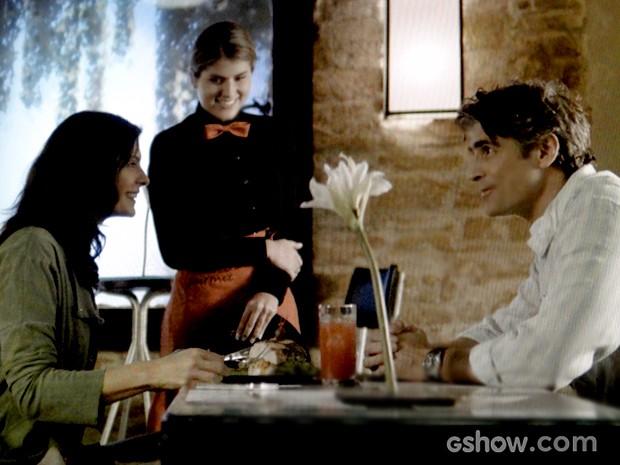 Cadu e Verônica divertem-se com pratos elaborados pelo chef (Foto: Em Família / TV Globo)