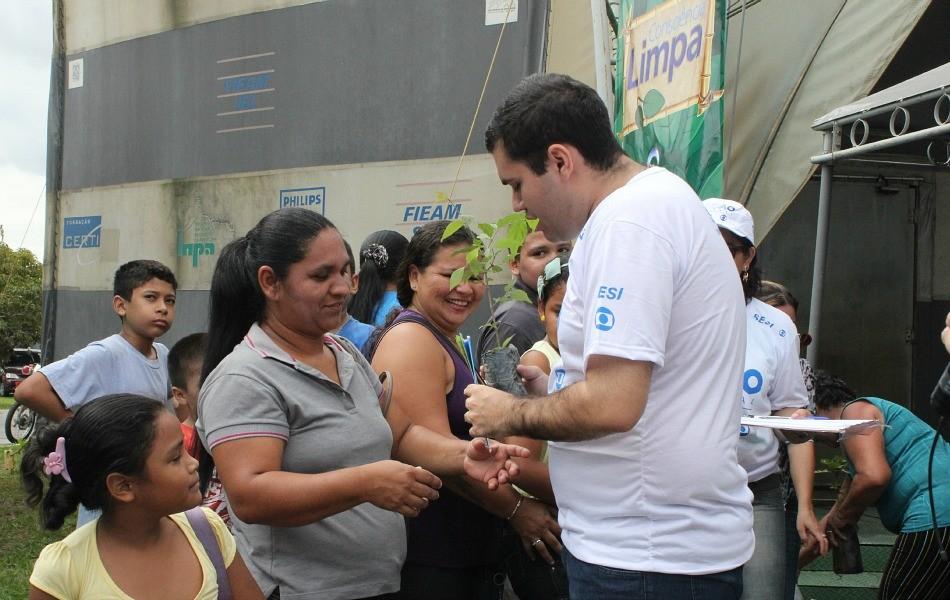 Repórter Guilherme Fragas entregou mudas de plantas no stand da TV Amazonas (Foto: Katiúscia Monteiro/ G1 AM)