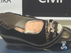 Droga foi encontrado em fundo falso no par de sapato da suspeita (Foto: Reprodução/TV Amapá)